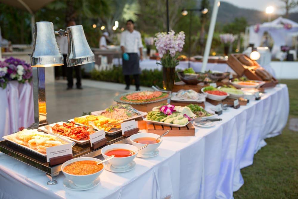 Elegir un servicio de catering con personal poco capacitado.